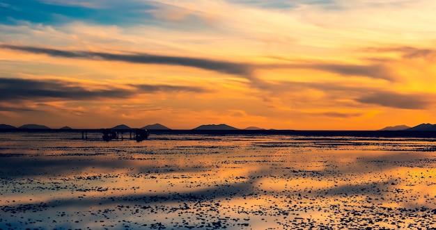 Wieczorny krajobraz salar de uyuni o zachodzie słońca z odbiciem powierzchni