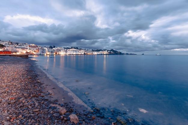 Wieczorny panoramiczny widok na cadaques, słynną małą wioskę costa brava, katalonia, hiszpania