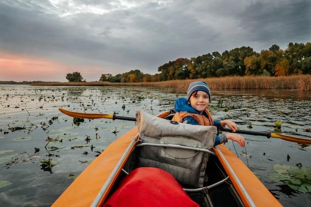 Wieczorny spływ kajakiem po rzece jesienią