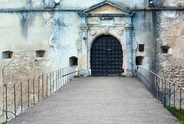 Wieczorny widok na bramę wejściową do zamku svirzh (obwód lwowski, ukraina. zbudowany w xv-xvii wieku.)