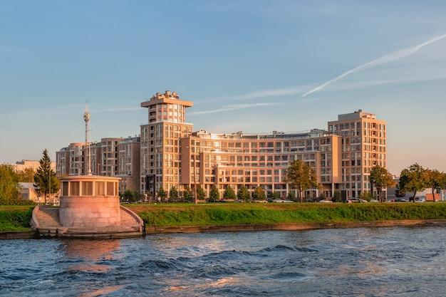 Wieczorny widok na dom omega w sankt petersburgu, widok na rzekę malaya newka. rosja.