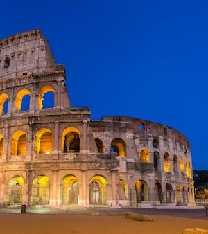 Wieczorny widok na koloseum w rzymie