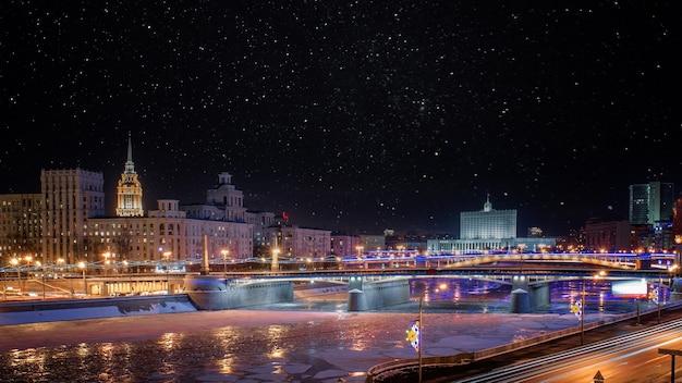 Wieczorny widok na nabrzeże krasnopresnenskaya rzeki moskwy.