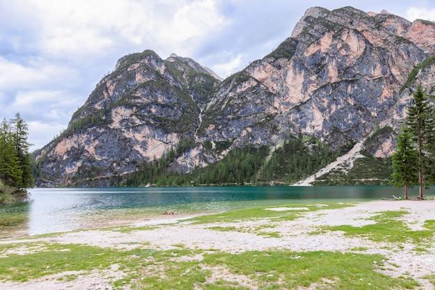Wieczorny widok na najpiękniejsze alpejskie jezioro braies