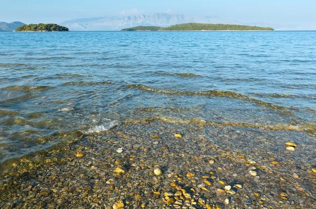 Wieczorny widok na wybrzeże morza jońskiego z plaży nydri (lefkada, grecja)