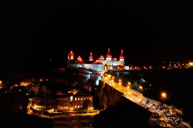 Wieczorny widok na zamek kamieniec podolski, ukraina