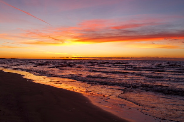 Wieczorny zachód słońca z widokiem na morze