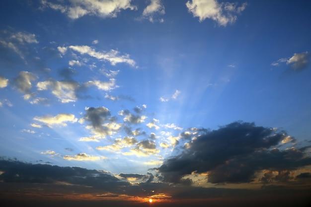 Wieczorny zachód słońca z żywymi chmurami