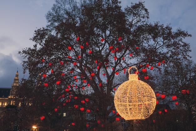 Wiedeński ratusz i park udekorowany na boże narodzenie, choinkowe serca