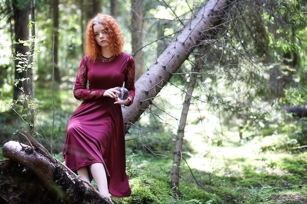 Wiedźma odprawia rytuał w głębi lasu