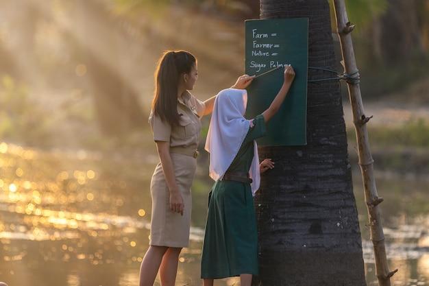 Wiejscy nauczyciele uczą muzułmańskich studentów.