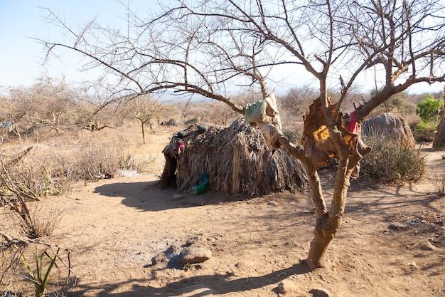 Wiejska chata ludności hazda, tanzania, afryka. obszar jeziora eyasi