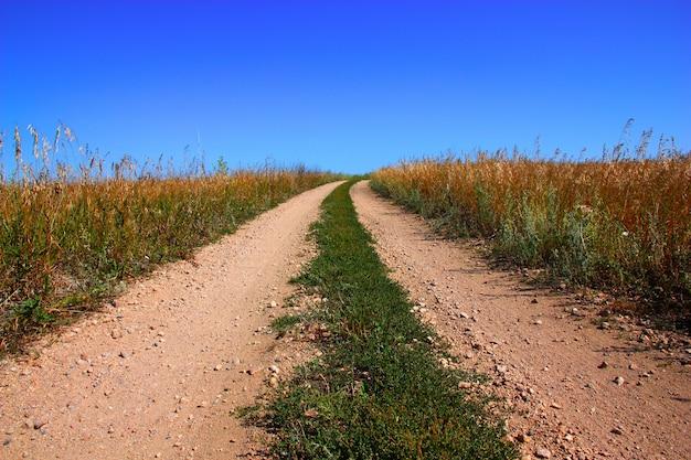 Wiejska droga i niebieskie niebo