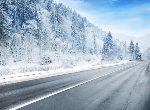 Wiejska droga w śnieżny zimowy dzień