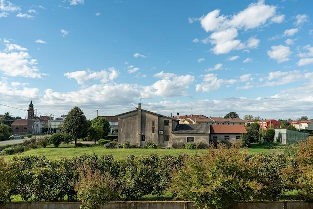 Wiejska wieś słoneczna panorama krajobrazu jesienią