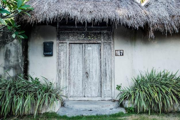 Wiejska wioska w stylu azjatyckim ze słomianym dachem