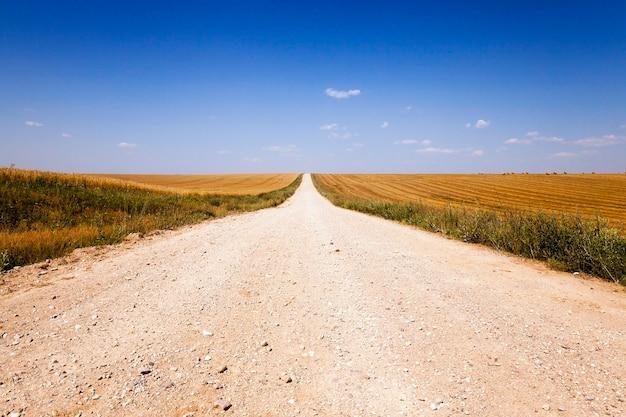 Wiejski brud duża droga. białoruś. wiosna.