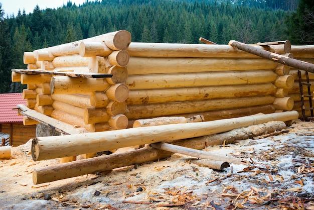 Wiejski dom drewniany. szczegóły konstrukcyjne domku z bali.