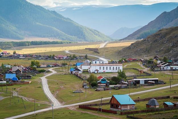 Wiejski jesienny krajobraz górski z wioską rosja góra ałtaj wieś bichiktuboom