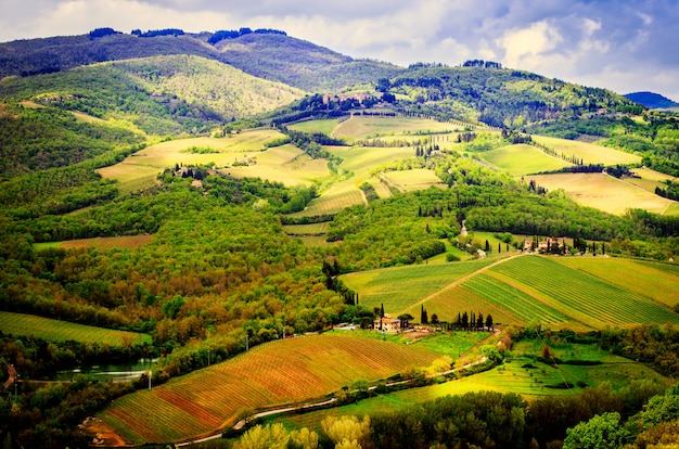 Wiejski krajobraz chianti, toskania.