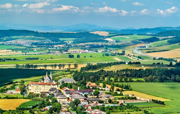Wiejski krajobraz słowacji na zamku spiskim. scena letnia