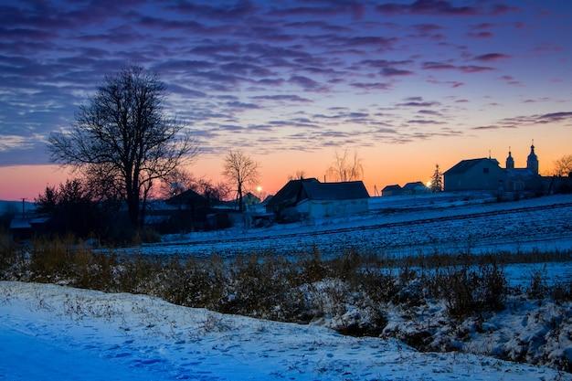 Wiejski krajobraz z malowniczym niebem nocą o zmierzchu_