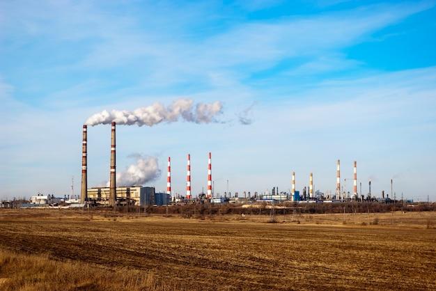 Wiejski krajobraz z przemysłem na horyzoncie