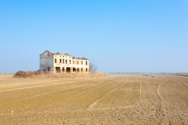 Wiejski włoski krajobraz z laguny rzeki pad.