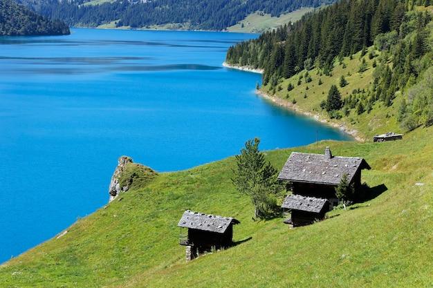 Wiejskie domy nad jeziorem