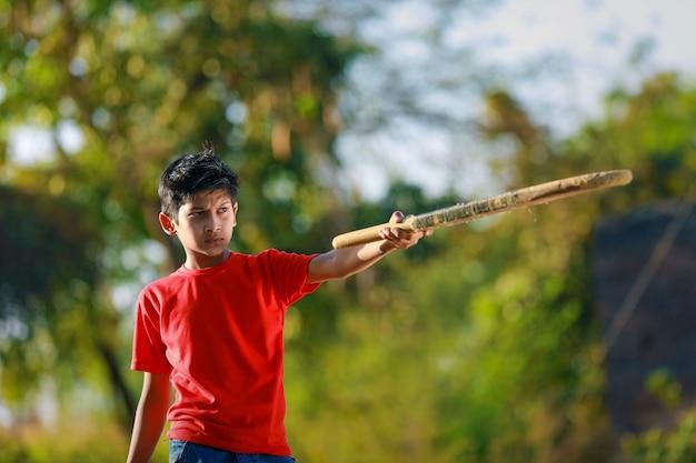 Wiejskie dziecko indian gry w krykieta