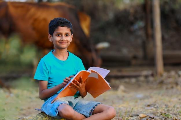 Wiejskie dziecko indyjskie studiuje w domu