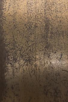 Wieku i porysowana metalowa ściana
