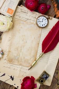 Wieku pusta strona na stosie starych listów z piórem