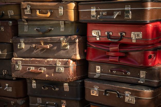 Wieku wyblakły skórzane walizki na siebie