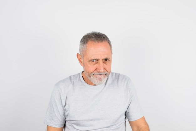 Wieku zabawny człowiek w t-shirt