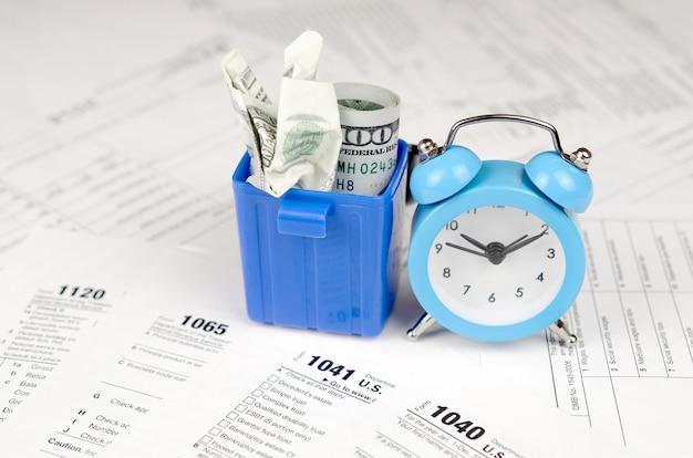 Wiele amerykańskich formularzy podatkowych z niebieskim budzikiem a