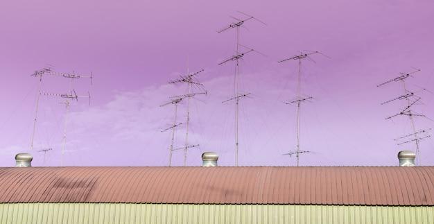 Wiele anten telewizyjnych na dachu