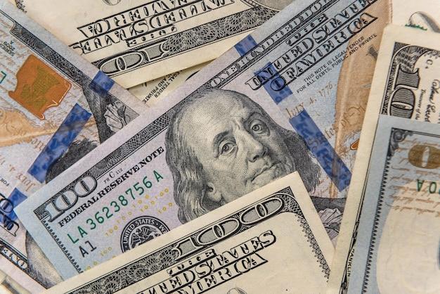 Wiele banknotów 100 dolarów