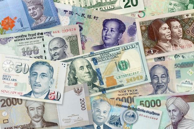 Wiele banknotów o różnych wartościach i walutach, widok z góry stos banknotów papierowych tle