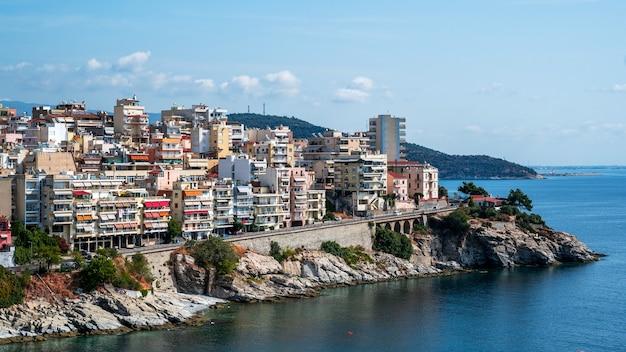 Wiele budynków położonych na wybrzeżu morza egejskiego, kavala, grecja