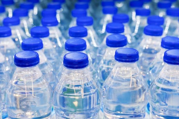 Wiele butelek na wodę. butelki z dostawą wody mineralnej.