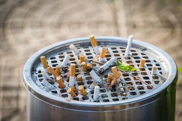 Wiele buttów z papierosów w brudnym popielniczce nie jest dobre dla zdrowia