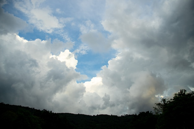 Wiele chmur na szczyt góry