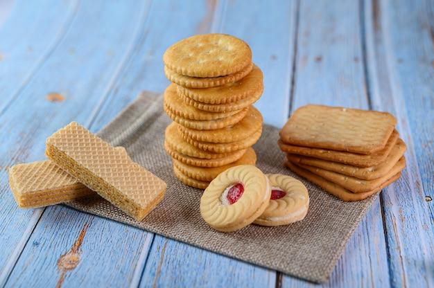 Wiele ciasteczek umieszcza się na tkaninie, a następnie umieszcza na drewnianym stole.