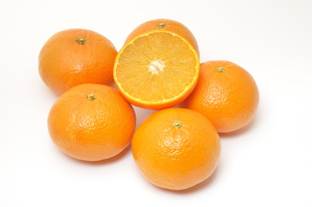 Wiele clementines na białym tle