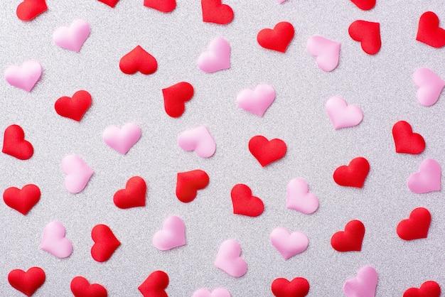 Wiele czerwonych i różowych serc na białym tle