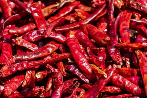 Wiele czerwonych wysuszonych pieprzy tło