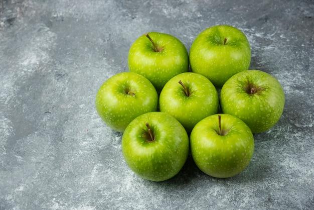 Wiele dojrzałych jabłek na marmurze.