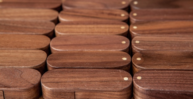 Wiele drewniana usb błysku przejażdżka na drewnianym tle