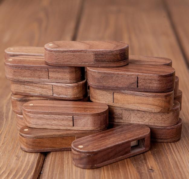 Wiele drewnianych dysków flash usb